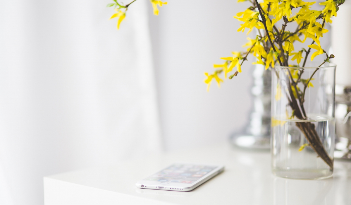 apple-desk-iphone-6443
